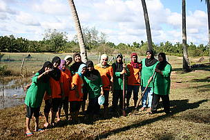 OMA (Omadal Manampilik Agar) Womens Group Sabah visits PEWANIS (Persatuan Wanita Kampung Mangkuk Setiu, Setiu, Terengganu, Malaysia. Many activities was conducted for 2 days - 12th Nov - 13th Nov such as making kerepek (banana chips), farewell dinner, exchanging of gifts and many more.