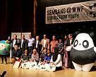 Group photo of the Sembang@WWF participants with guest of honors from SGM which includes Mr Michael Kok President of SGM (Far right beside Chi Chi the panda), Tan Sri Dato Prof Dzulkifli Razak (third from right) and Dato Dr Dionysius Sharma Executive Director / CEO of WWF-Malaysia (fourth from right).